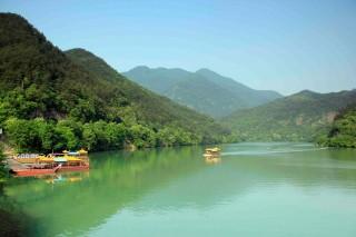 悠然泛舟富春渚 尽赏一城山色半城湖