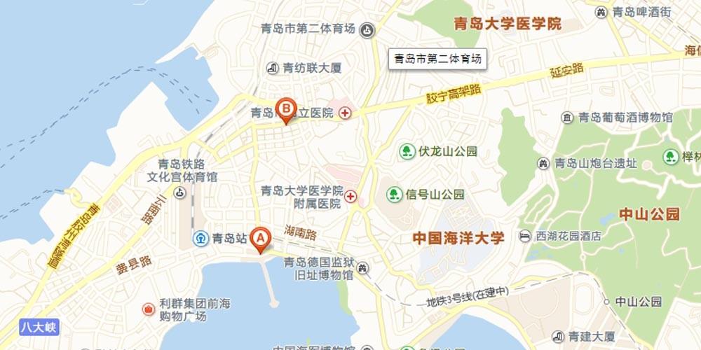 航空 青岛流亭国际机场距市中心32公里,航线四通八达,可往返全国30多个城市,业已开辟至日本东京、大阪、福冈、韩国汉城、新加坡以及香港、澳门等多条国际、地区客运航线。民航售票处在中山路29号(湖南路口,今栈桥)。 铁路 青岛火车站位于栈桥附近的泰安路2号。 青岛每天有到发北京、上海、广州、济南、泰山、荷泽、烟台、威海、武昌、南昌、徐州、郑州、西安、兰州、西宁、成都、太原、丹东、通化等地的列车共24对。除往淄博、烟台、威海方向外,其余各次都经停济南。 提醒:如果乘火车来青岛,下火车后别在火车站停车场里打的,