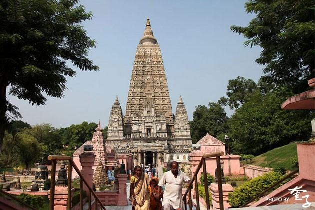 菩提迦耶是印度四大圣地之一,佛祖释迦牟尼在菩提树下悟道成佛之处,是佛教信徒心目中最神圣的地方。瓦拉纳西印度教徒的心中圣地。无数印度教徒,千里迢迢来到瓦拉纳西,为了浸身于河里沐浴,延续千年每晚必做的祭祀活动,是印度教徒们献给圣河母亲的最高敬畏。瓦拉纳西北边的鹿野苑是佛祖释迦牟尼初次传道之所,佛教圣地之一。