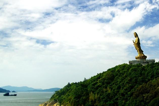 普陀山南海观音坐落于双峰山南端的观音跳山岗上.