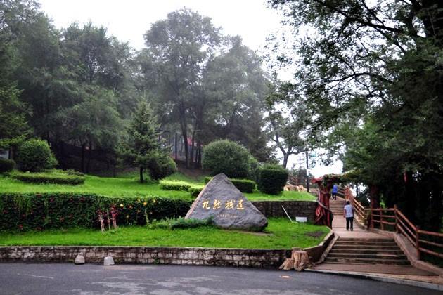 玉皇山公园古刹和楼台阁榭相映成趣