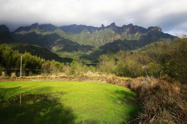 眼前青山削翠,蒼林古宇,宛然如畫,烏君山上獨具特色的草甸風光,更是為