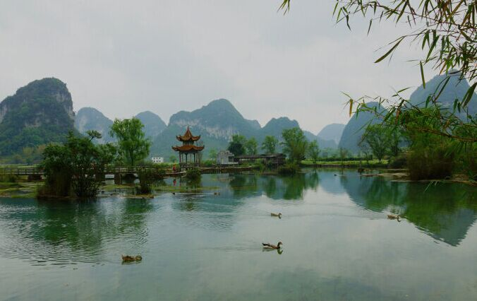 在广西壮族自治区靖西县新靖镇鹅泉村念安屯西,距县城4.