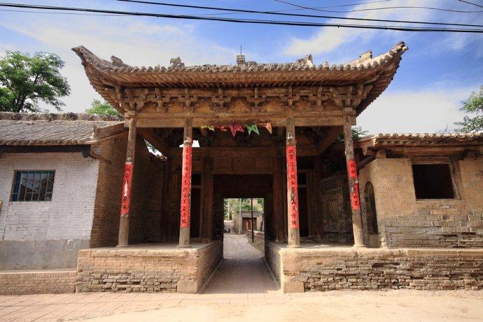 """而最为神秘的就是在村子往西的地方,有一处""""窑式瓮葬众僧墓"""",里面有25图片"""