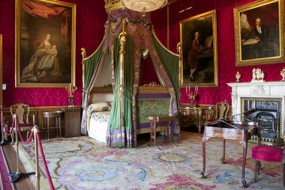 (图注:温莎城堡卧室 图片来源:我趣旅行网) 女王伊丽莎白二世的童年时光是在温莎城堡里度过的,如今她也会常常来此度周末。如果是到了重要节日,女王还会在温莎城堡里设宴,十分热闹。在英国上流社会,大家都以能够在温莎城堡举行盛典而骄傲。 整个温莎城堡分为上区、中区和下区。上区主要有13世纪的法庭、滑铁卢厅和圣乔治厅、女王交谊厅(queens ballroom)等房间。其中滑铁卢厅又称宴会厅,初建于13世纪,因击败拿破仑而立下赫赫战功的英国将领们的肖像而得名。著名戏剧大师莎士比亚的名剧《温莎的风流娘儿们》就是在