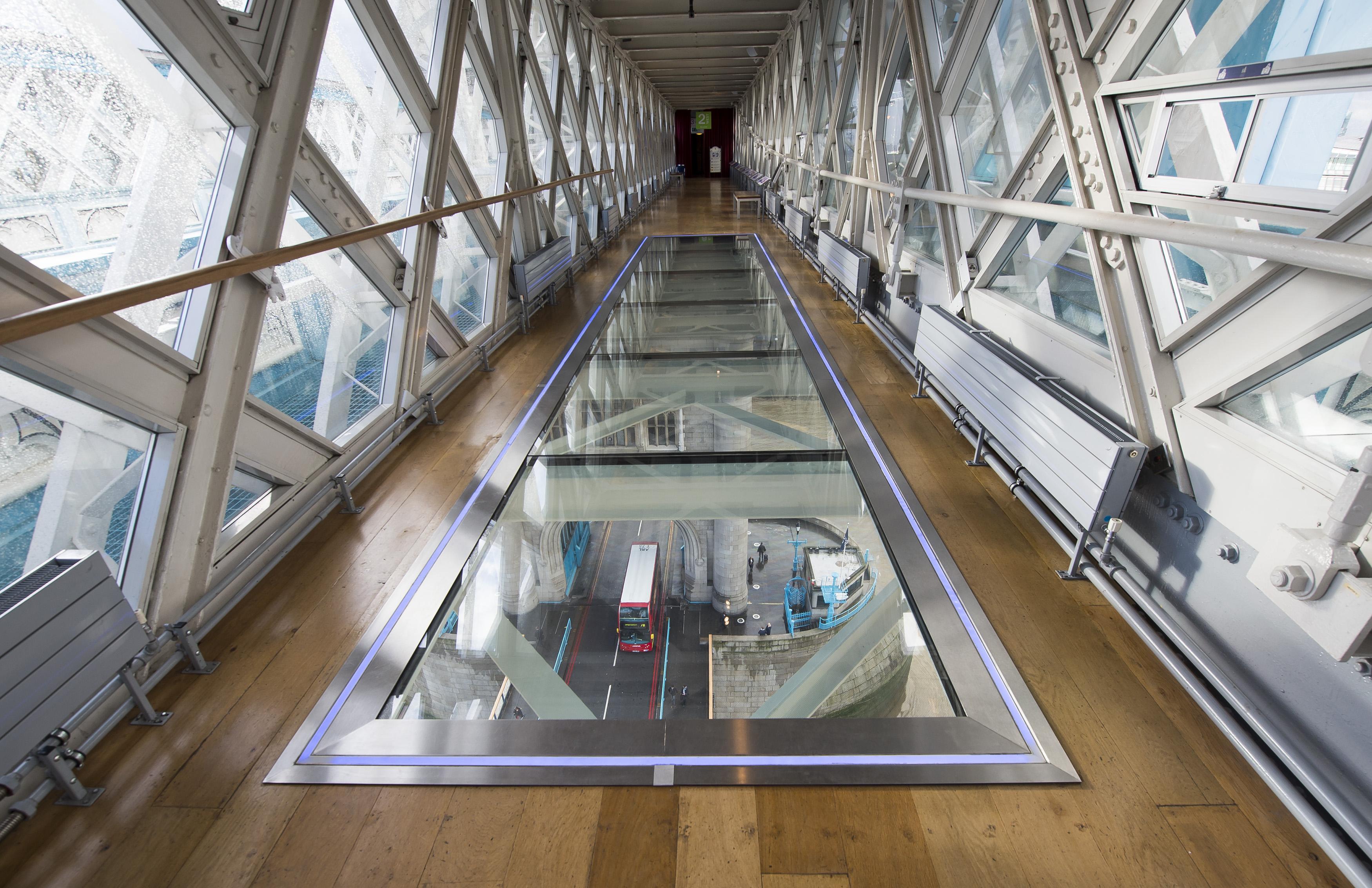 明星们被伦敦塔桥上的透明玻璃