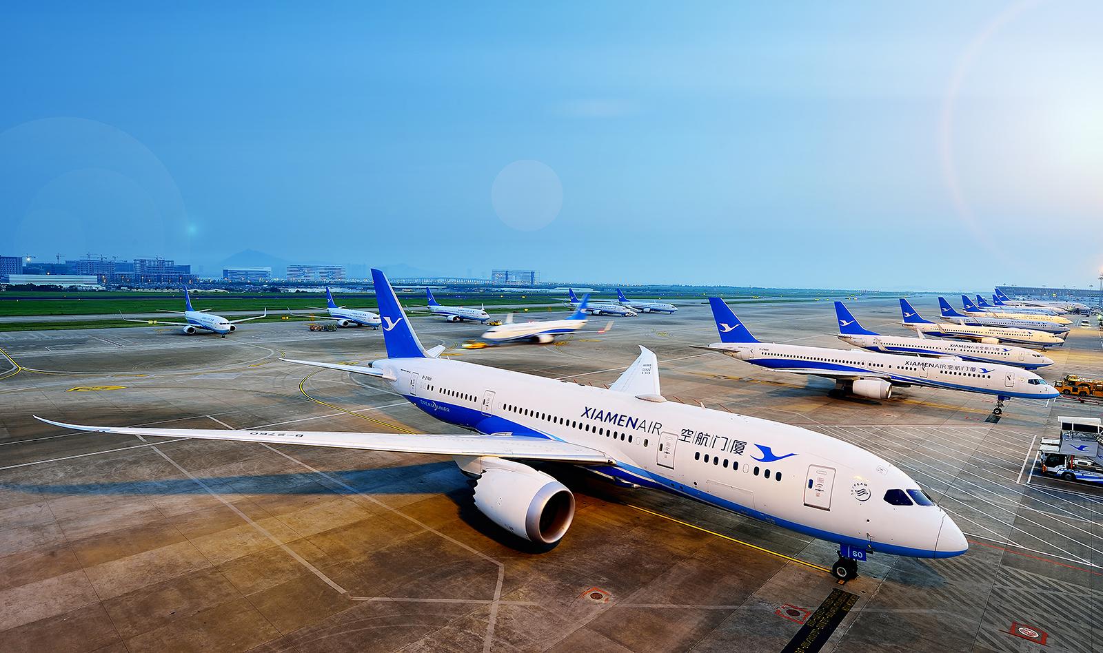 飞机后,发现波音787就是高大上,明显宽敞了很多,纵向有两个过道,横向