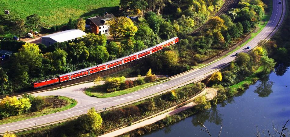 铁轨边的迷人秋色