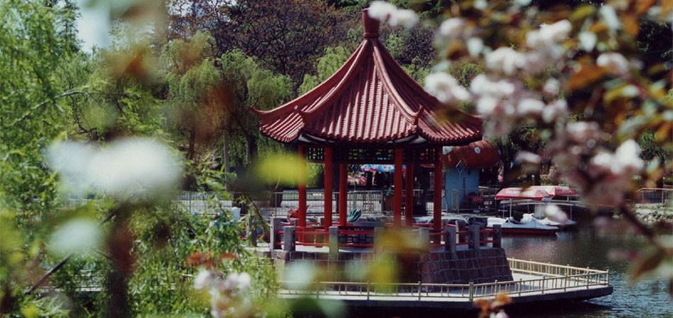 青岛中山公园大门 50元  青岛中山公园是青岛最大的综合性公园,园内林木繁茂,枝叶葳蕤,是青岛市区植被景观最有特色的风景区。并且青岛中山公园是免费开放的。1898年,德国强占胶州湾、威逼清政府租借青岛后,先后于1902年和1905年将会前村全部土地收购,废村拆房,辟为植物试验场,并逐渐成为以树林、果园、花木为主的公园,后取名?