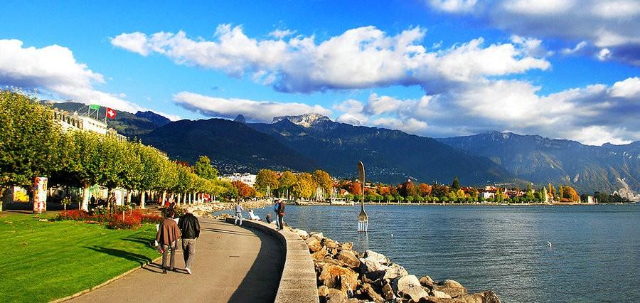 萊芒湖(Lac Lman),又稱日內瓦湖(Lake Geneva),是阿爾卑斯湖群中最大的一個。新月形的湖泊面積約為224平方英里,約有三分之二在瑞士,三分之一在法國。依山傍水的自然風光和濃厚的文化氛圍使得萊芒湖區富有無窮的魅力。美麗的湖水成為了眾多名人的聚集地,拜倫曾說萊芒湖是一面晶瑩的鏡子,有著沉思所需要的養料和空氣,巴爾扎克更是將她描繪成愛情的同義詞。瑞士著名的國際都市日內瓦依湖而建,駐扎著數百個國際組織和聯合國永久機構。東北側湖岸的蒙特勒與沃韋被美麗的葡萄莊園包圍,靜謐清幽。本條攻略圍繞萊