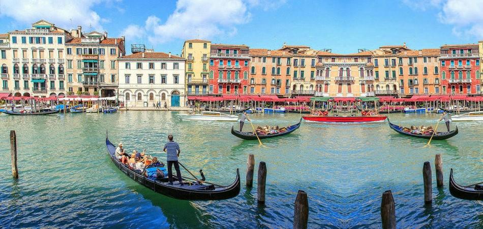 威尼斯(Venice)的风情总离不开水,蜿蜒的水巷,流动的清波,就像一个漂浮在碧波上浪漫的梦。160条河道,上百个岛屿,400座桥梁,推开波浪的小船贡多拉,构建出别样的梦幻水城。这里是文艺复兴的精华,是彩色小岛的所在地,是华丽精致的假面之城,独具气质的威尼斯魅影,令所有的人沉迷在它的臂弯,如痴如醉。