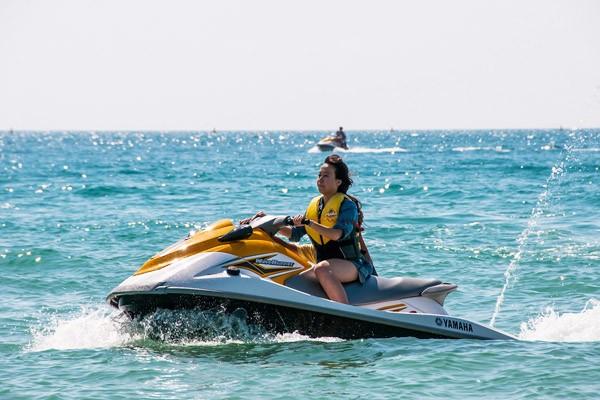 亚龙湾海滩玩水