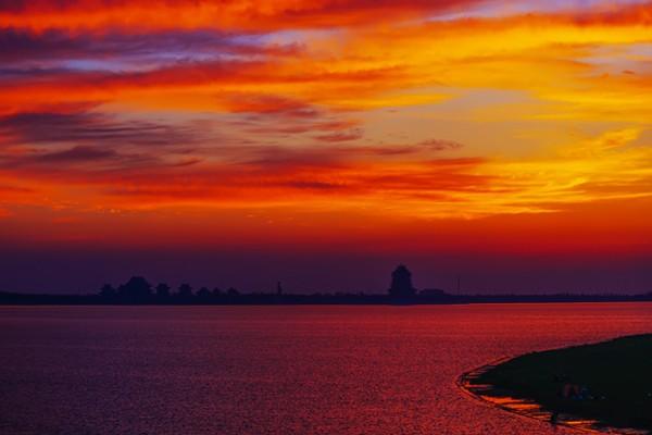 阳澄湖半岛之美,美在生态,美在养生,美在休闲。徜徉于半岛,仿佛置身于一个世外桃源,这里有鸟语花香,有湖光水色,还有浓厚的养生、时尚等人文气息。游哉悠哉于大隐于市的半岛,享返璞归真的自然生态与纯美雅致的格调品质,偷得浮生一日闲。  天边水泽神仙境,别是乾坤鹦鹉洲。置身绿荫满地的阳澄湖半岛,悠游于这座慢格调的世外桃源,放松身心,尽情享受来自大自然的纯美馈赠。信步莲池湖公园、仙樱湖公园、云杉湖公园,近处红花与绿树相映,远处游鱼与白鹭相嬉,人倚花姿,花映人面,这情景宛如一首动人的小诗,又似一幅天然的画卷,更若