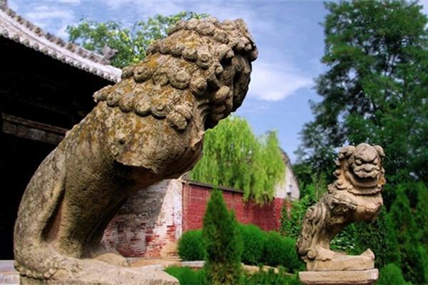 冶底岱庙前的断壁石狮