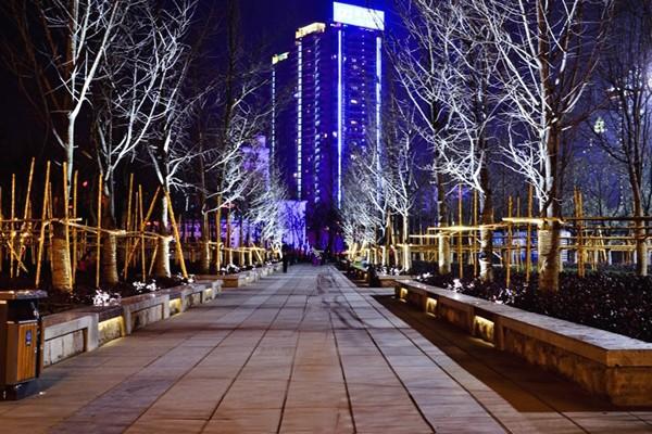 筑城广场里有精心设计的花园也有深厚人文情怀.