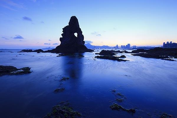 石老人海水浴场位于崂山区海尔路南端