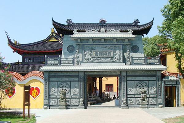霞屿禅寺和观音洞等胜迹是岛上必去的景点.