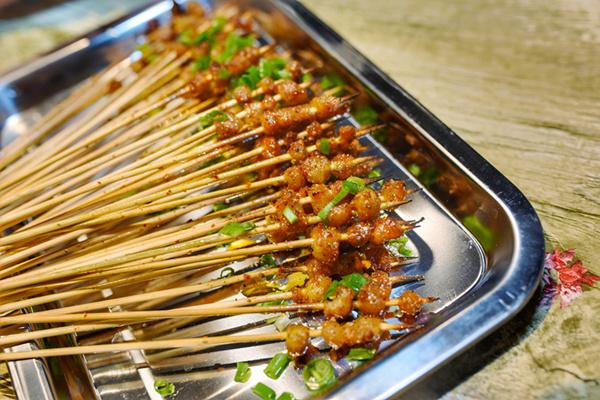 都有一个加热的火炉,食客们根本不用担心烤串变凉而影响它的口感.