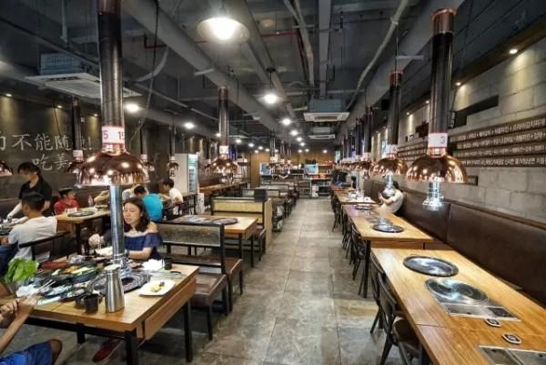 店内装修风格为现在韩国最流行的café店风格,既然是炭火烤肉,炭固然