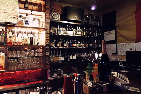 环境:室内装修极具复古欧式小酒馆风格,暖色系灯光喝酒必备.