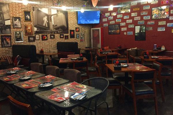 130平米的披萨店为美式装修风格,店内的吧台由进口啤酒瓶装饰而成