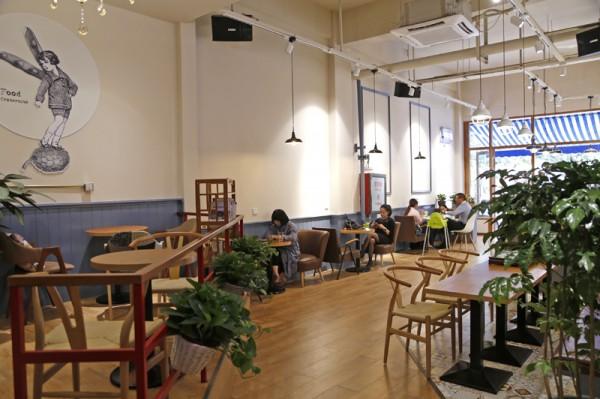 魅影黑汉堡坐镇街角咖啡馆