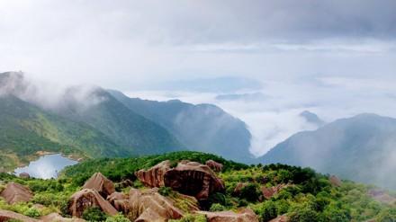 相比之下,德化石牛山风景区,则保持着原始自然风貌.