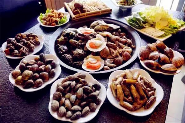 骨头汤垫底吃一锅海鲜盛宴